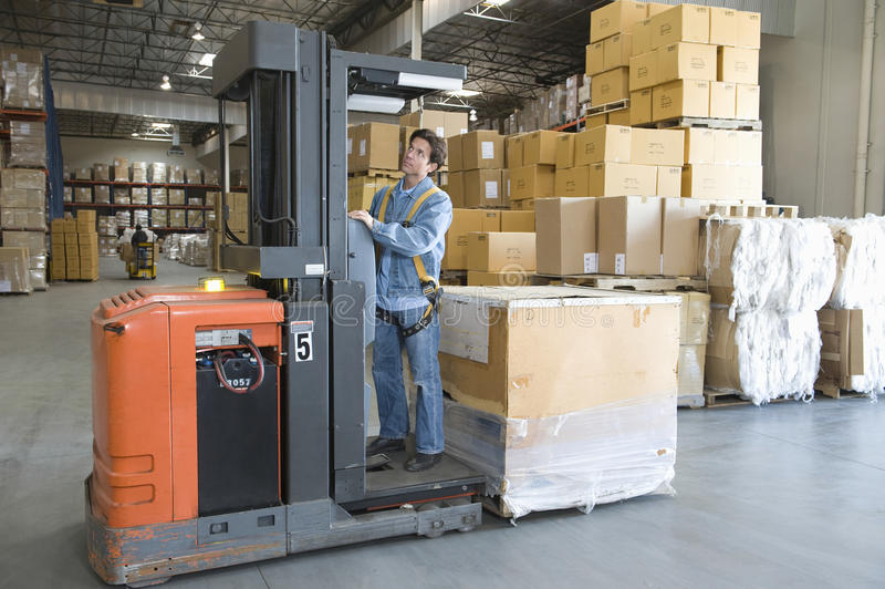 Λειτουργούν Forklift ατόμων φορτηγό στην αποθήκη εμπορευμάτων στοκ εικόνες