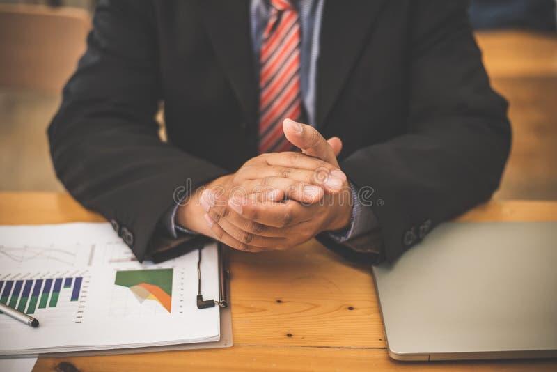 Λειτουργώντας αγορά προσφοράς και ζήτησης στοιχείων γραφικών παραστάσεων επιχειρησιακών ατόμων τραπεζιτών στοκ εικόνα με δικαίωμα ελεύθερης χρήσης