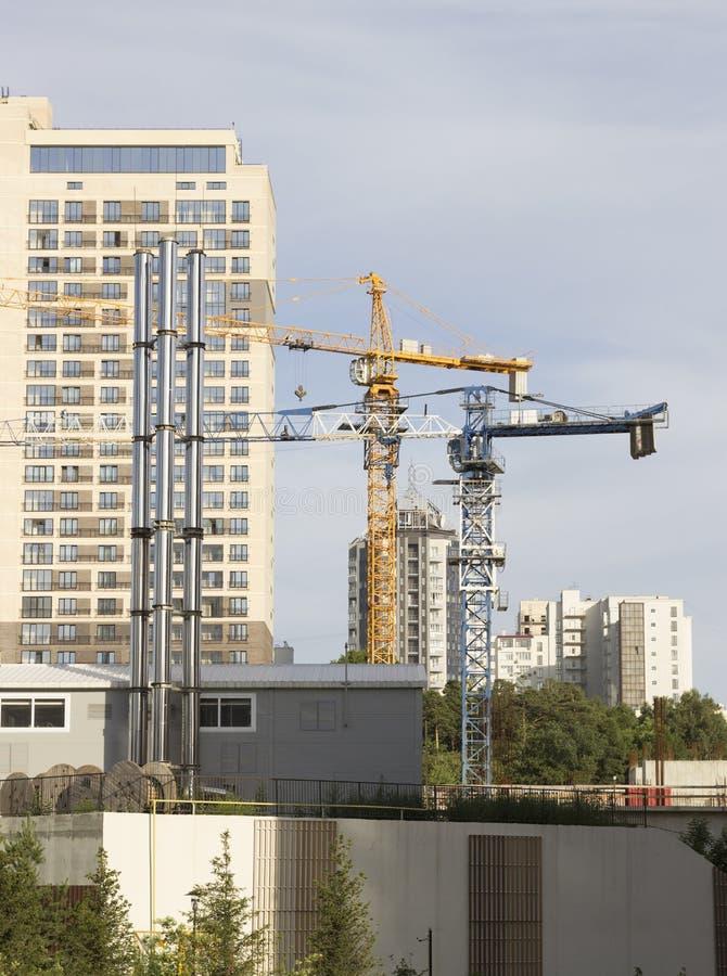 Λειτουργώντας γερανός στον ουρανό Εργοτάξιο οικοδομής Κατασκευή ενός μεγάλου σπιτιού στοκ φωτογραφίες