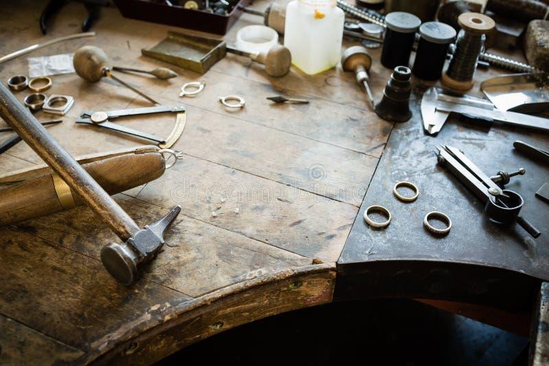 Λειτουργώντας γραφείο για την παραγωγή κοσμημάτων τεχνών στοκ φωτογραφία