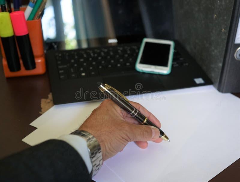 Λειτουργώντας γραφείο επιχειρηματιών στοκ φωτογραφία με δικαίωμα ελεύθερης χρήσης