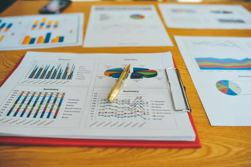 Λειτουργώντας γραφείο και επιτυχής επιχειρηματίας εγγράφων εργασίας στην εργασία τους και σε άλλη εργασία Και αποτελεσματικός στοκ εικόνα