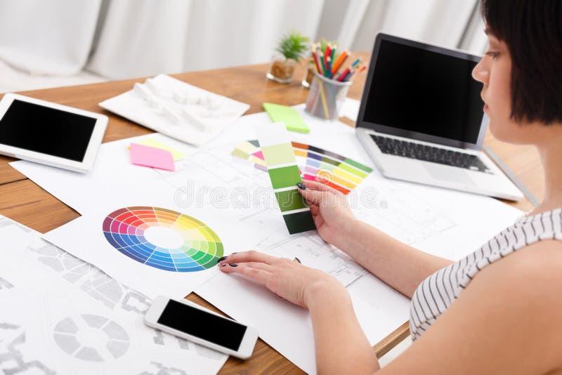 Λειτουργώντας πίνακας σχεδιαστών ` s με την παλέτα χρώματος στοκ φωτογραφία