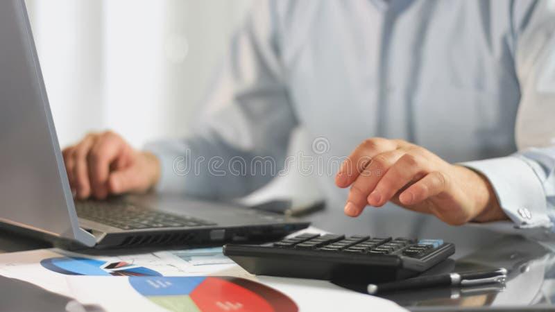 Λειτουργώντας στοιχεία υπολογισμού lap-top επιχειρηματιών για τη φορολογική έκθεση, λογιστής επιχείρησης στοκ εικόνα