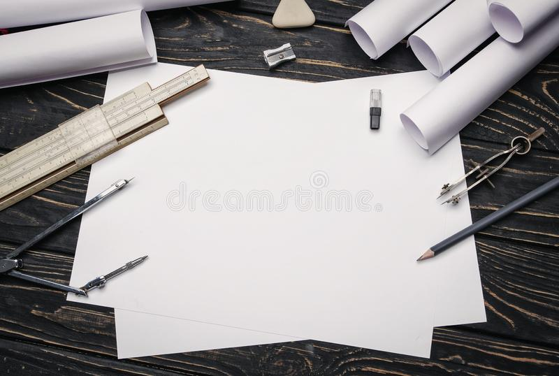λειτουργώντας σχέδια με τα μολύβια, τον κανόνα και τις πυξίδες στοκ εικόνες