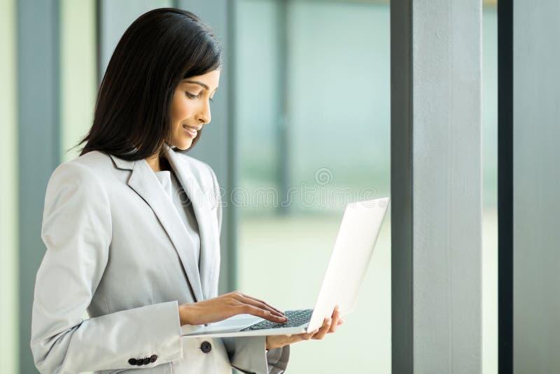 Λειτουργώντας lap-top επιχειρηματιών στοκ φωτογραφία