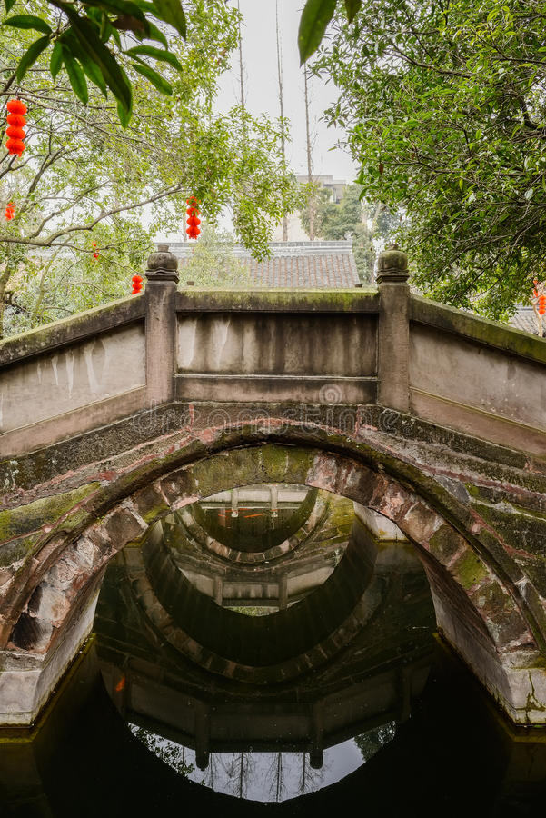 Λειχήνα-καλυμμένη γέφυρα αψίδων πετρών στο κινεζικό αρχαίο ύφος στοκ εικόνα με δικαίωμα ελεύθερης χρήσης