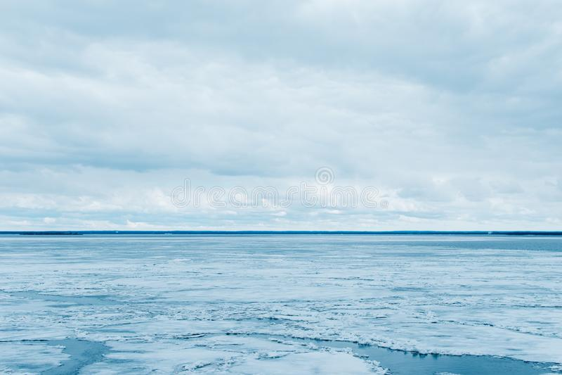 Λειώνοντας πάγος στη θάλασσα και το νεφελώδη ουρανό στοκ φωτογραφίες με δικαίωμα ελεύθερης χρήσης