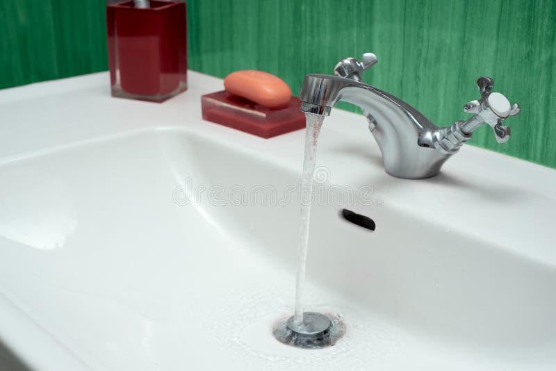 Λεκάνη πλυσίματος φιαγμένη από χρώμιο στοκ φωτογραφία με δικαίωμα ελεύθερης χρήσης
