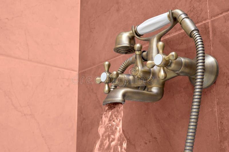 Λεκάνη πλυσίματος φιαγμένη από χρώμιο στοκ φωτογραφίες