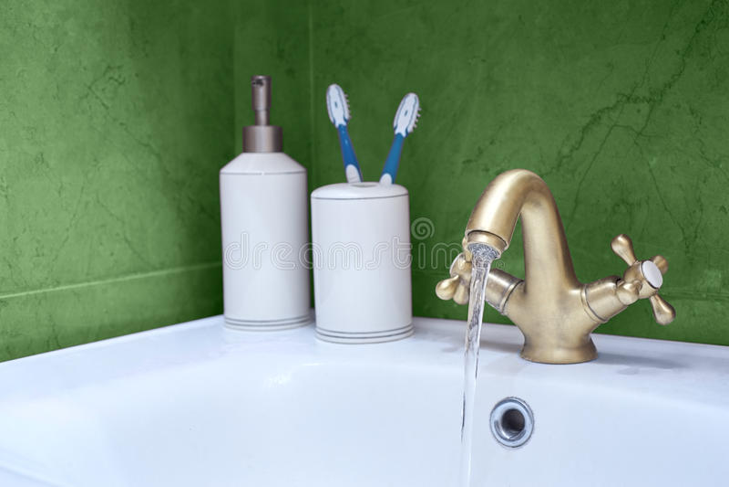 Λεκάνη πλυσίματος φιαγμένη από χρώμιο στοκ εικόνα