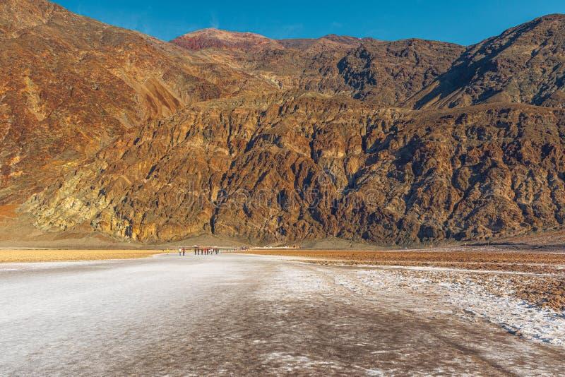 Λεκάνη Badwater στο εθνικό πάρκο κοιλάδων θανάτου, Καλιφόρνια στοκ εικόνα