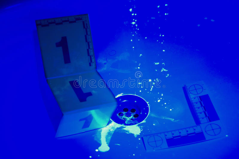 Λεκέδες του αίματος κάτω από το UV φως απεικόνιση αποθεμάτων