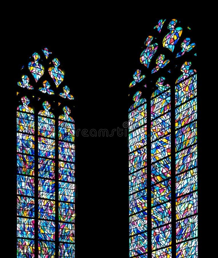 Download Λεκιασμένα παράθυρα γυαλιού ενάντια σε έναν τοίχο εκκλησιών σκιαγραφιών Στοκ Εικόνες - εικόνα από γυαλί, windows: 62716198