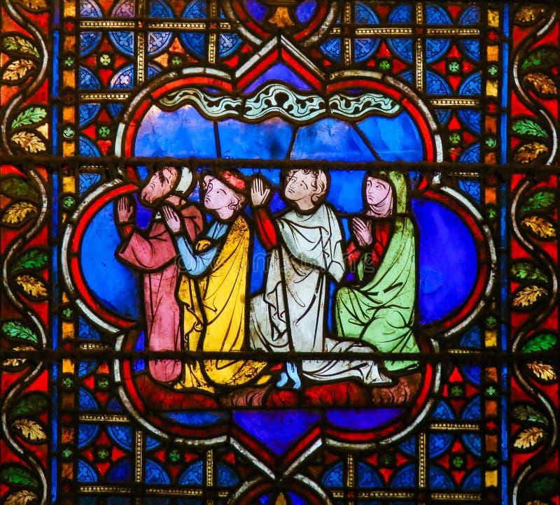 Λεκιασμένο γυαλί στη Notre Dame, Παρίσι της επίκλησης ανθρώπων στοκ φωτογραφίες