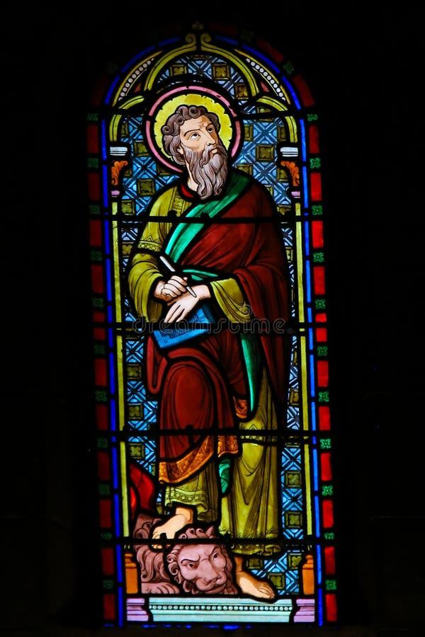 Λεκιασμένο γυαλί στον καθεδρικό ναό του Μονακό - σημάδι Αγίου ο Ευαγγελιστής στοκ φωτογραφία
