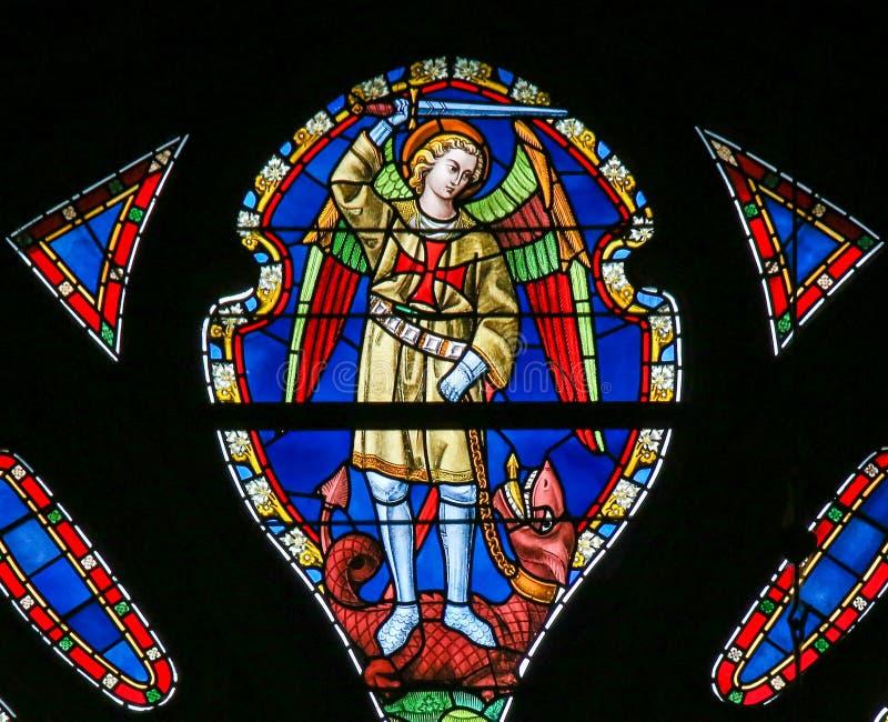 Λεκιασμένο γυαλί - Άγιος Michael το Dragonslayer στοκ φωτογραφίες