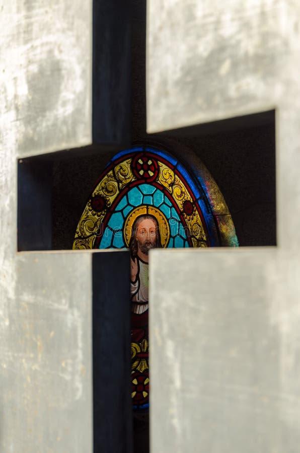 Λεκιασμένο γυαλί σε έναν τάφο στοκ εικόνες