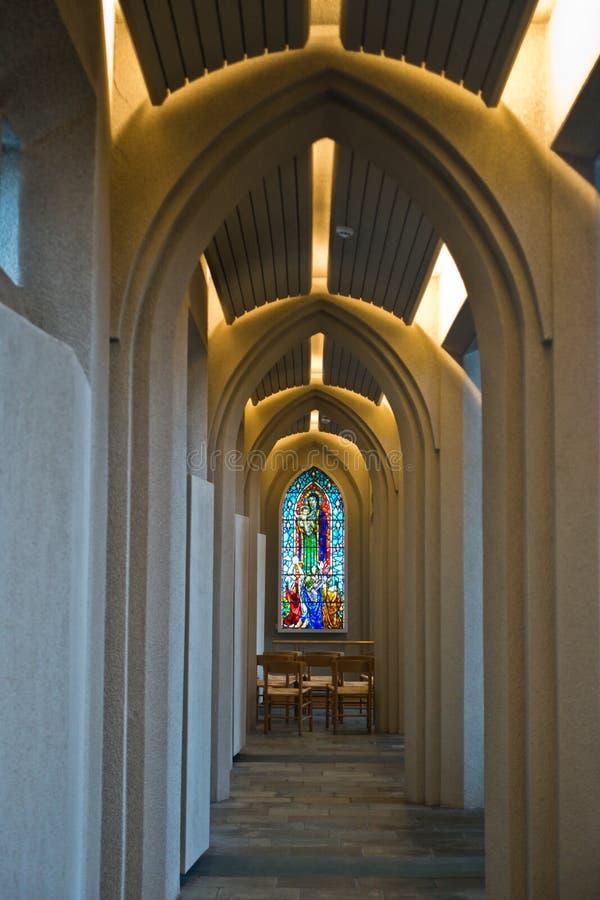 Λεκιασμένο γυαλί στο διάδρομο με τις αψίδες μέσα σε Hallgrimskirkja, καθεδρικός ναός του Ρέικιαβικ στοκ φωτογραφία με δικαίωμα ελεύθερης χρήσης