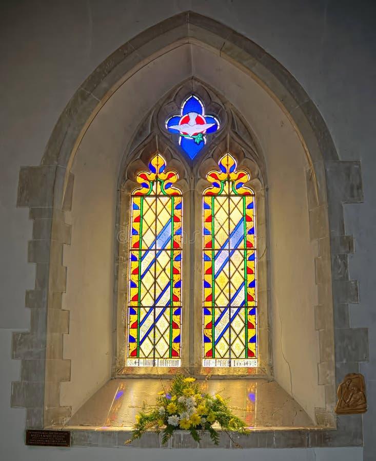 Λεκιασμένο παράθυρο αψίδων γυαλιού Φρέσκα λουλούδια στοκ φωτογραφίες