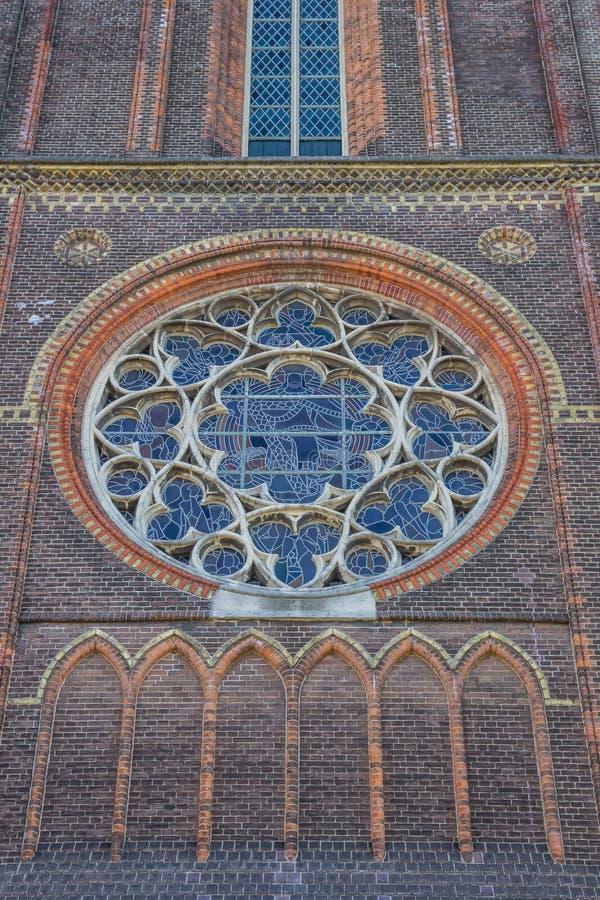 Λεκιασμένο παράθυρο γυαλιού στην εκκλησία Bonifatius στο leeeuwarden στοκ φωτογραφίες