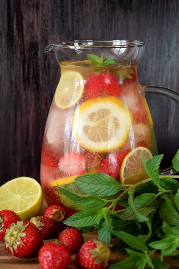 Λεμονάδα με τους κύβους φραουλών, λεμονιών, μεντών, ασβέστη και πάγου στοκ φωτογραφία με δικαίωμα ελεύθερης χρήσης