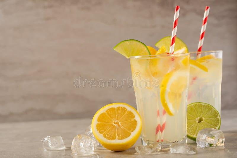 Λεμονάδα Ποτό με τα φρέσκους λεμόνια και τους ασβέστες Θερινή διάθεση, κοκτέιλ λεμονιών με το χυμό και πάγος t στοκ εικόνες