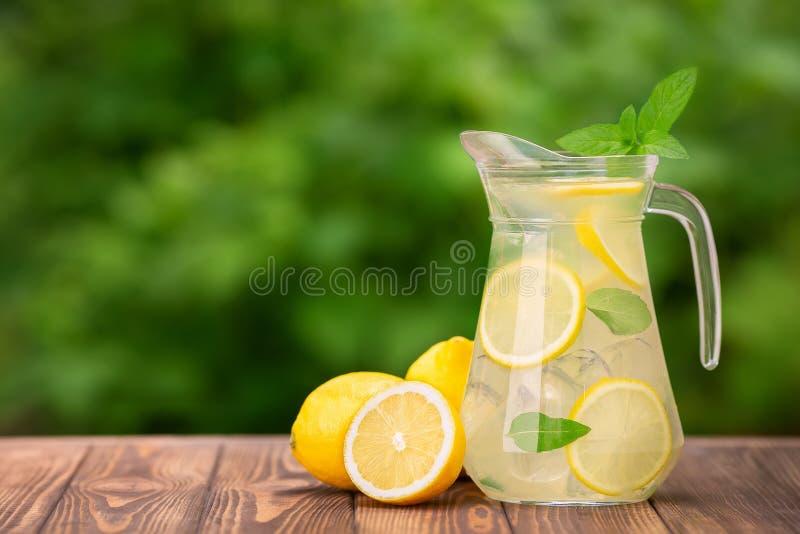 Λεμονάδα στην κανάτα γυαλιού στοκ εικόνες