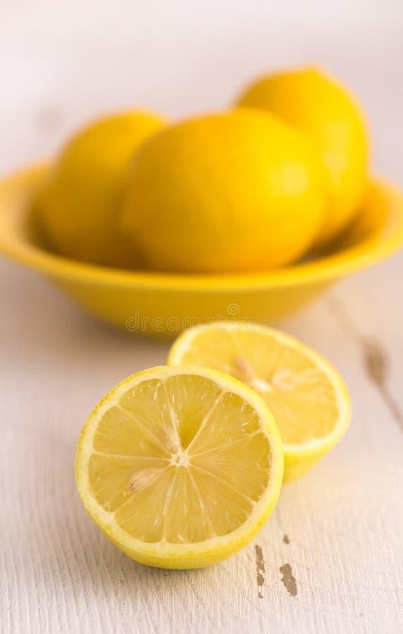 Λεμόνια σε έναν άσπρο πίνακα στοκ εικόνες