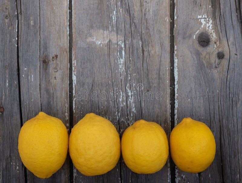 Λεμόνια σε ένα ξύλινο υπόβαθρο στοκ φωτογραφία