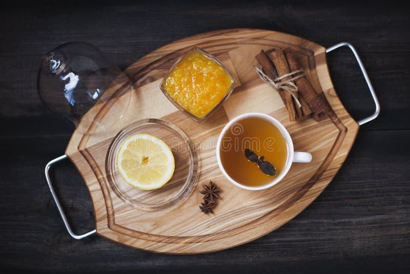 Λεμόνι, γλυκάνισο αστεριών, κανέλα, τσάι, συμπλήρωμα στη στάση στοκ φωτογραφία