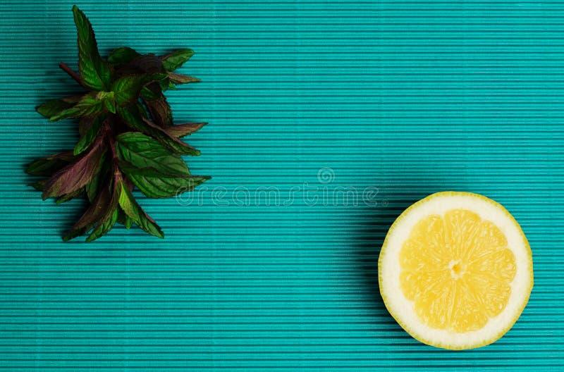 Λεμόνι και μέντα στο μπλε υπόβαθρο στοκ εικόνες