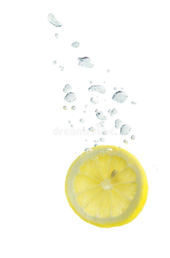 Λεμόνι στο ύδωρ με τις αεροφυσαλίδες στοκ φωτογραφία με δικαίωμα ελεύθερης χρήσης