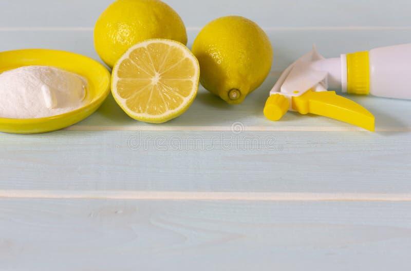 Λεμόνι, σόδα ψησίματος και ξίδι για την οικοκυρική eco στοκ φωτογραφία