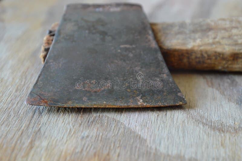 Λεπίδα τσεκουριών σιδήρου με την ξύλινη λαβή στη σανίδα στοκ εικόνα με δικαίωμα ελεύθερης χρήσης