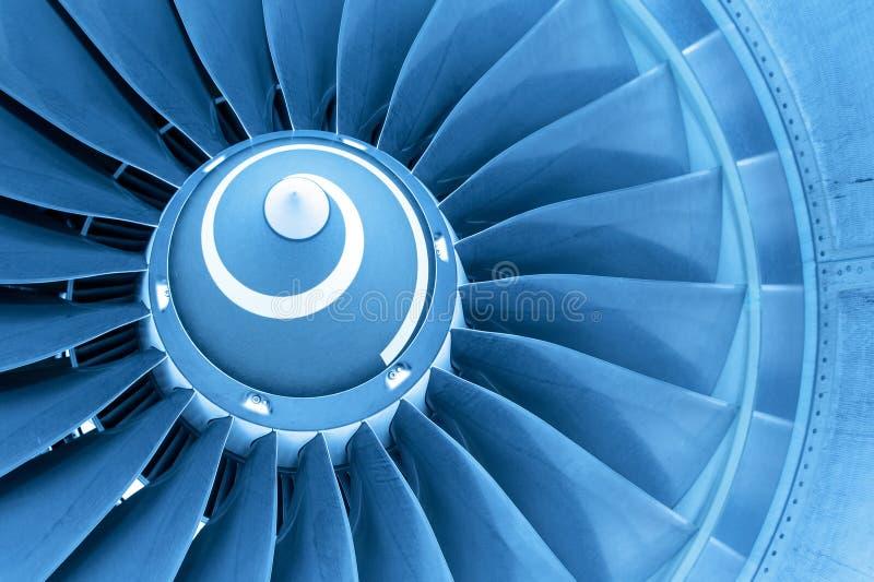 Λεπίδες τιτάνων της μηχανής αεροπλάνων αεριωθούμενων αεροπλάνων, μπλε φως στοκ φωτογραφία με δικαίωμα ελεύθερης χρήσης