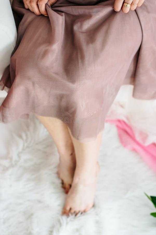 Λεπτά πόδια ενός όμορφου νέου κοριτσιού στοκ φωτογραφίες