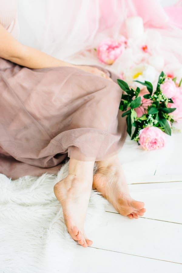 Λεπτά πόδια ενός όμορφου νέου κοριτσιού στοκ φωτογραφία