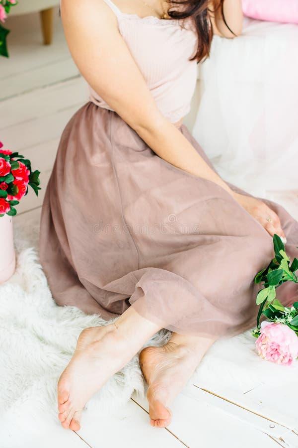Λεπτά πόδια ενός όμορφου νέου κοριτσιού στοκ εικόνα