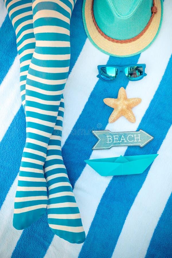 Λεπτά πόδια γυναικών σε μια παραλία στοκ φωτογραφία
