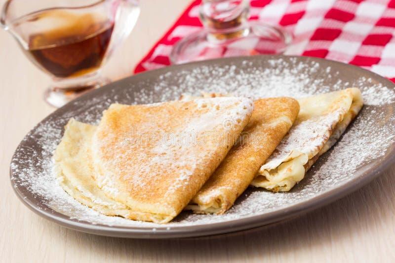 Λεπτές γλυκές τηγανίτες με την κονιοποιημένη ζάχαρη για το πρόγευμα, Maslenits στοκ φωτογραφίες με δικαίωμα ελεύθερης χρήσης
