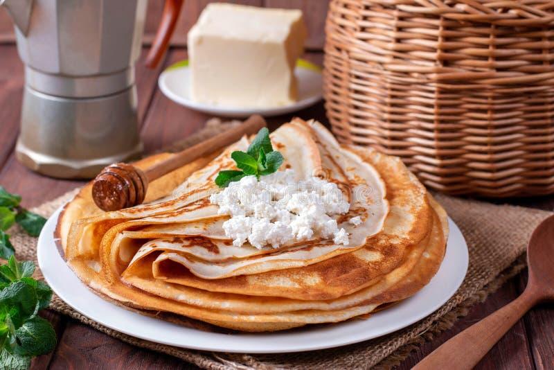 Λεπτές τηγανίτες στάρπης σε ένα άσπρο πιάτο Ο σωρός crepes, ρωσικό blin στοκ εικόνες
