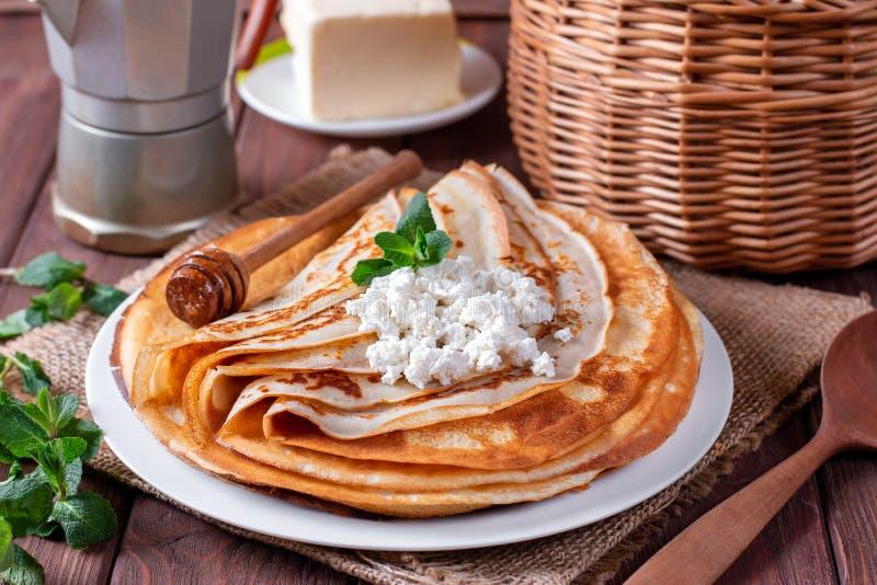 Λεπτές τηγανίτες στάρπης σε ένα άσπρο πιάτο Ο σωρός crepes, ρωσικό blin στοκ φωτογραφίες με δικαίωμα ελεύθερης χρήσης