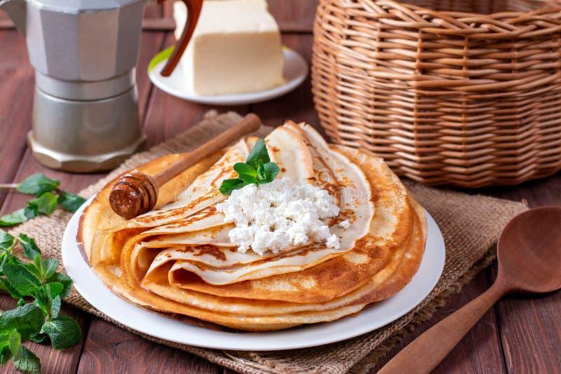 Λεπτές τηγανίτες στάρπης σε ένα άσπρο πιάτο Ο σωρός crepes, ρωσικό blin στοκ εικόνα