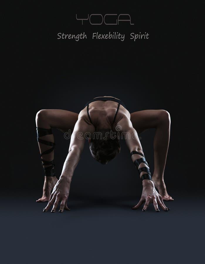 Λεπτή γυναίκα που κάνει την άσκηση τεντωμάτων στοκ φωτογραφίες
