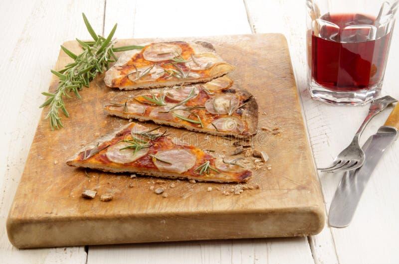 Λεπτή επίπεδη πίτσα ψωμιού με την πατάτα στοκ εικόνα