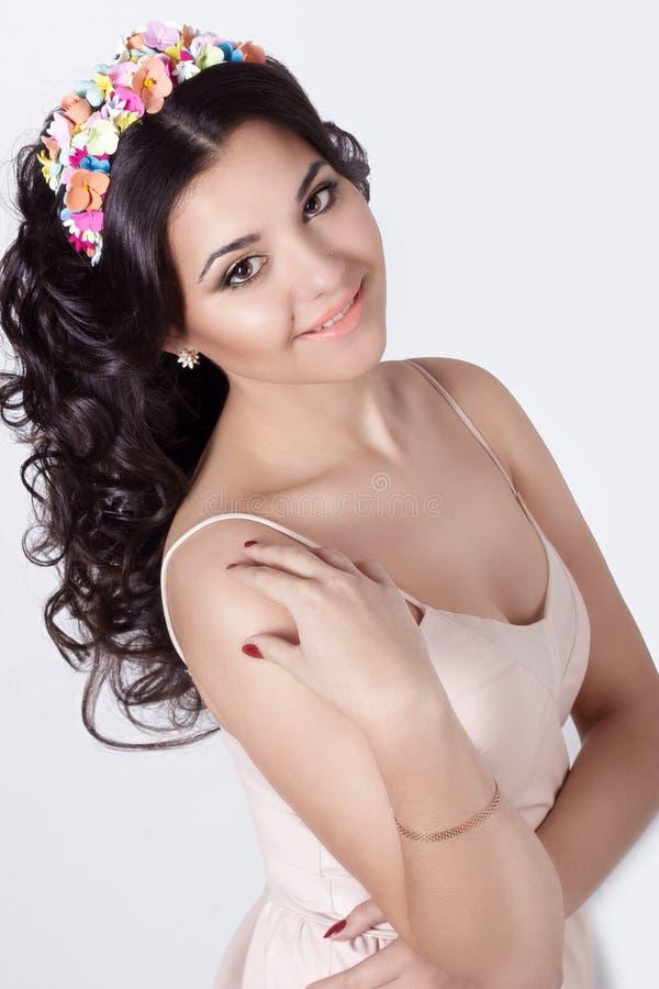 Λεπτή κομψή όμορφη χαμογελώντας γυναίκα schaslivo με τις μακριές μαύρες μπούκλες τρίχας με ένα χρωματισμένο πλαίσιο των χρωμάτων  στοκ φωτογραφία