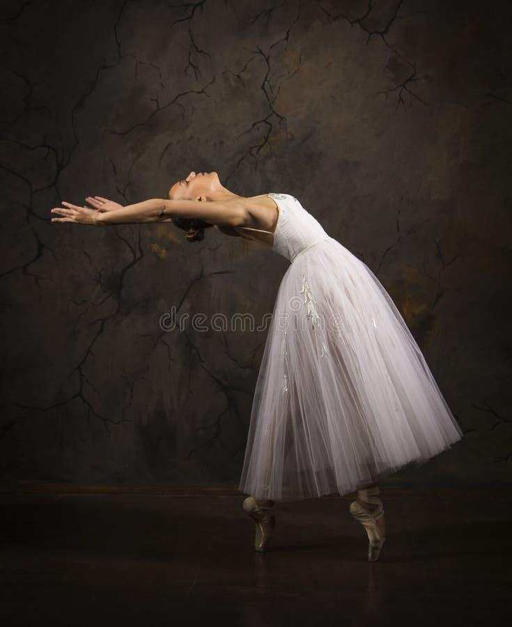 Λεπτή κοπέλα με λευκό μπαλέτο χορεύτριας στοκ εικόνα με δικαίωμα ελεύθερης χρήσης