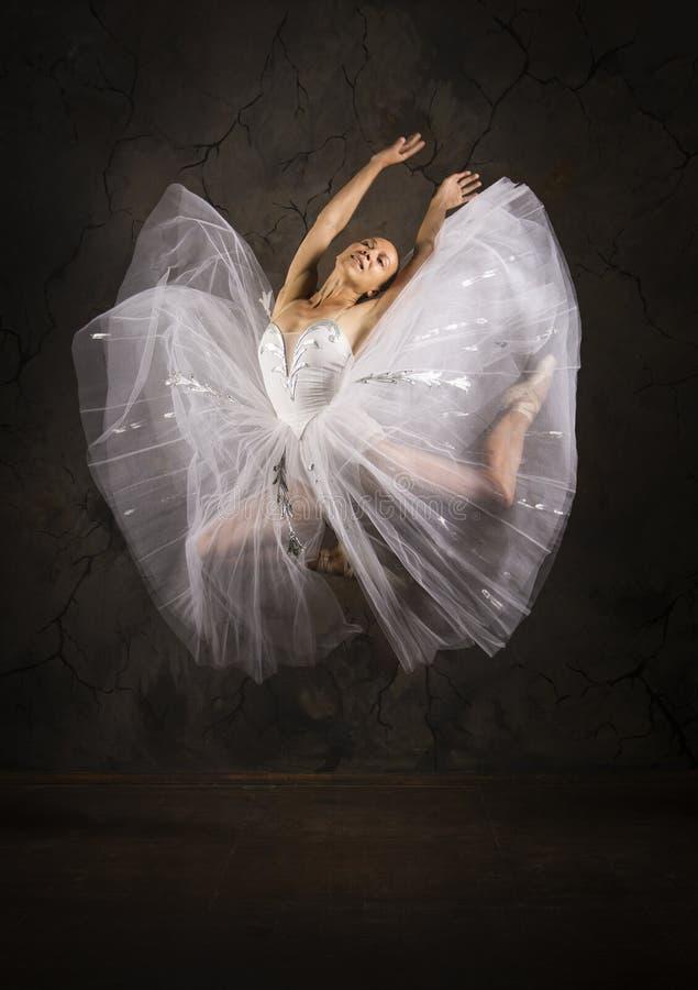 Λεπτή κοπέλα με λευκό μπαλέτο χορεύτριας στοκ εικόνες με δικαίωμα ελεύθερης χρήσης