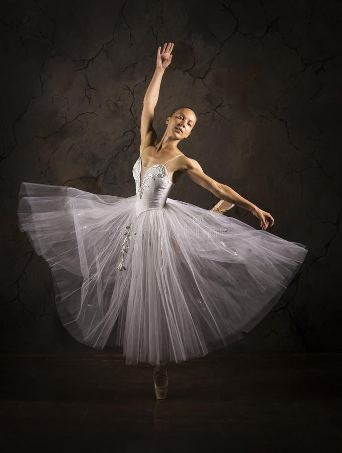 Λεπτή κοπέλα με λευκό μπαλέτο χορεύτριας στοκ φωτογραφία με δικαίωμα ελεύθερης χρήσης